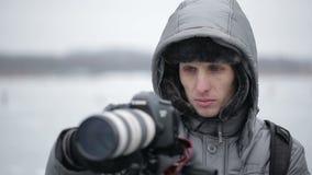 Fotógrafo al aire libre en invierno metrajes