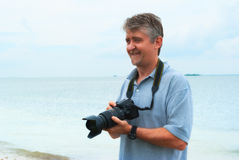 Fotógrafo al aire libre sonriente del hombre feliz con la cámara Fotografía de archivo