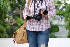 Fotógrafo amador da mulher que ama tomar a fotografia foto de stock