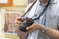 Fotógrafo amador masculino que toma a focalização para fazer fotos no cont imagem de stock royalty free