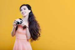 Fotógrafo asiático de la chica joven de la moda con Fotos de archivo