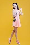 Fotógrafo asiático de la chica joven de la moda con Imágenes de archivo libres de regalías