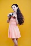 Fotógrafo asiático de la chica joven de la moda con Imagen de archivo