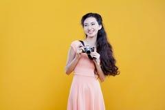 Fotógrafo asiático de la chica joven de la moda con Fotos de archivo libres de regalías