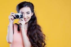 Fotógrafo asiático de la chica joven de la moda con Fotografía de archivo