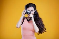 Fotógrafo asiático de la chica joven de la moda con Imagenes de archivo
