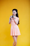 Fotógrafo asiático de la chica joven de la moda con Foto de archivo libre de regalías
