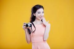 Fotógrafo asiático de la chica joven de la moda con Fotografía de archivo libre de regalías