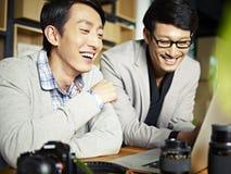 Fotógrafo asiáticos no trabalho fotos de stock