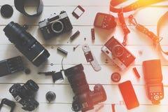 Fotógrafo Blogger Workplace, visión superior Cámara, lentes y accesorios en fondo de madera Imagen de archivo libre de regalías