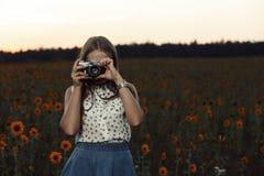 Fotógrafo bonito da moça com a câmera da foto na natureza Fotos de Stock