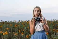 Fotógrafo bonito da moça com a câmera da foto na natureza Fotos de Stock Royalty Free