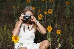 Fotógrafo bonito da moça com a câmera da foto na natureza Imagens de Stock