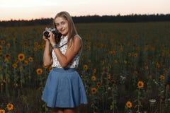 Fotógrafo bonito da moça com a câmera da foto na natureza Imagens de Stock Royalty Free