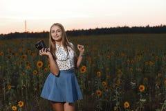 Fotógrafo bonito da moça com a câmera da foto na natureza Imagem de Stock