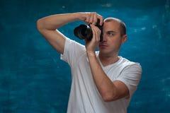 Fotógrafo bonito do homem que levanta com câmera imagens de stock
