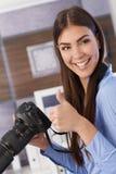 Fotógrafo bonito que da el pulgar para arriba Fotografía de archivo libre de regalías