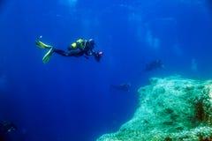 Fotógrafo, buceadores y filón subacuáticos Imágenes de archivo libres de regalías