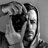 Fotógrafo cambiante en el movimiento imágenes de archivo libres de regalías