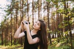 Fotógrafo caucásico pelirrojo feliz Taking de la mujer joven de la muchacha Fotos de archivo