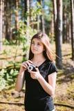 Fotógrafo caucásico pelirrojo feliz Taking de la mujer joven de la muchacha Fotos de archivo libres de regalías