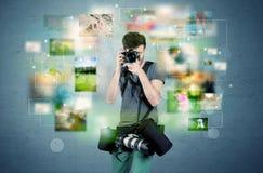 Fotógrafo com imagens do passado imagens de stock