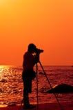 Fotógrafo com o sillouette na praia de Hua Hin Foto de Stock