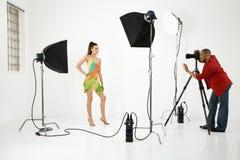 Fotógrafo com um modelo. Fotos de Stock Royalty Free