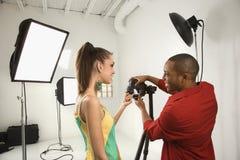 Fotógrafo com um modelo. fotografia de stock