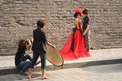 Fotógrafo con el ayudante y el modelo Imagenes de archivo