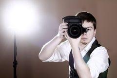 Fotógrafo con la cámara Imagen de archivo libre de regalías