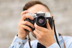 Fotógrafo con la cámara de la película que hace el tiro imagenes de archivo