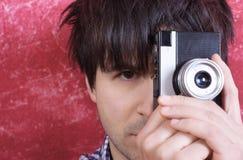 Fotógrafo con la cámara retra Imagen de archivo