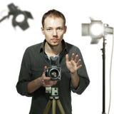 Fotógrafo con la cámara retra en estudio Imagenes de archivo