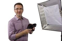 Fotógrafo con la iluminación del estudio fotografía de archivo