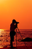 Fotógrafo con sillouette en la playa de Hua Hin Foto de archivo