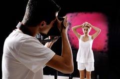 Fotógrafo con un modelo. Imágenes de archivo libres de regalías