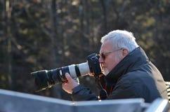 Fotógrafo con un objetivo largo Foto de archivo
