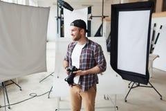 Fotógrafo criativo no trabalho imagens de stock