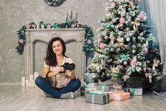 Fotógrafo da menina perto de uma árvore de Natal Imagem de Stock Royalty Free
