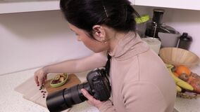 Fotógrafo da mulher antes de fotografar do alimento video estoque