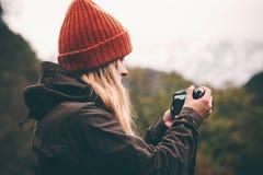 Fotógrafo da mulher com as montanhas do tiro da câmera da foto Fotografia de Stock