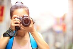 Fotógrafo da mulher que toma a foto fotografia de stock