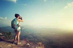 Fotógrafo da mulher que toma a foto no pico de montanha imagens de stock
