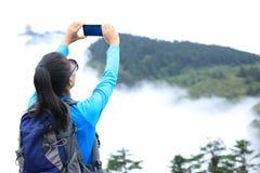 Fotógrafo da mulher que toma a foto no pico de montanha do emei fotografia de stock