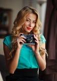 Fotógrafo da mulher que toma imagens com a câmera retro do filme Fotos de Stock
