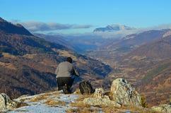 Fotógrafo da paisagem: Os Carpathians de Romênia foto de stock