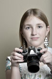Fotógrafo de la chica joven con la cámara vieja del vintage Imágenes de archivo libres de regalías