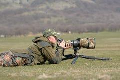 Fotógrafo de la fauna al aire libre en la acción Imagen de archivo