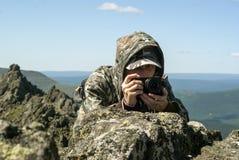 Fotógrafo de la fauna en las montañas fotos de archivo
